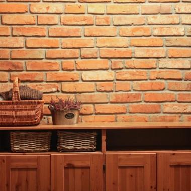 Ściany ze starych cegieł i płytek ceglanych