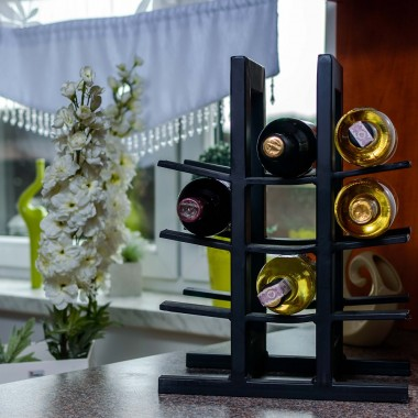 Stojak na wino w kuchni