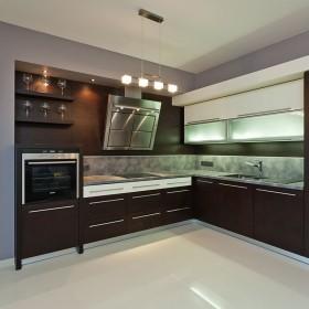 Kuchnia w ciemnych kolorach