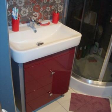 Zważywszy na to, że łazienki są małe w blokach połączyliśmy ją z wc. Zrezygnowaliśmy z wanny i zamontowaliśmy prysznic. Brakuje lustra a nad nim lampek i parę drobiazgów :)