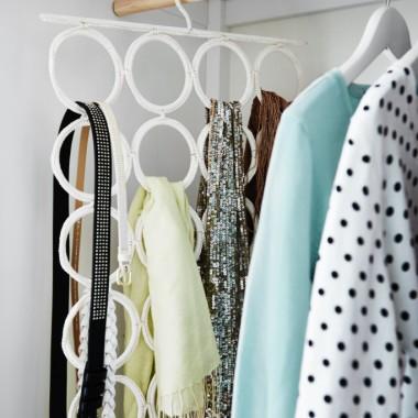 Aby ubrania nie gniotły się, drążek na wieszaki musi być zamontowany na odpowiedniej wysokości. Marynarkom, żakietom czy spódnicom wystarczy 90 cm, ale na dłuższe ubrania, np. płaszcze, będziemy potrzebować już około 150 cm. Jeżeli wysokość szafy na to pozwala, warto zastanowić się nad zamontowaniem pod klasycznym drążkiem, drugiego na krótsze ubrania, co znaczenie zwiększy jej pojemność.
