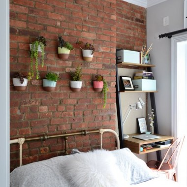 Cegła w sypialni jest świetnym pomysłem. Pomimo surowego, industrialnego charakteru może stworzyć wnętrze ciepłe, przytulne i bardzo gustowne.https://pl.pinterest.com/pin/83035186864737853/