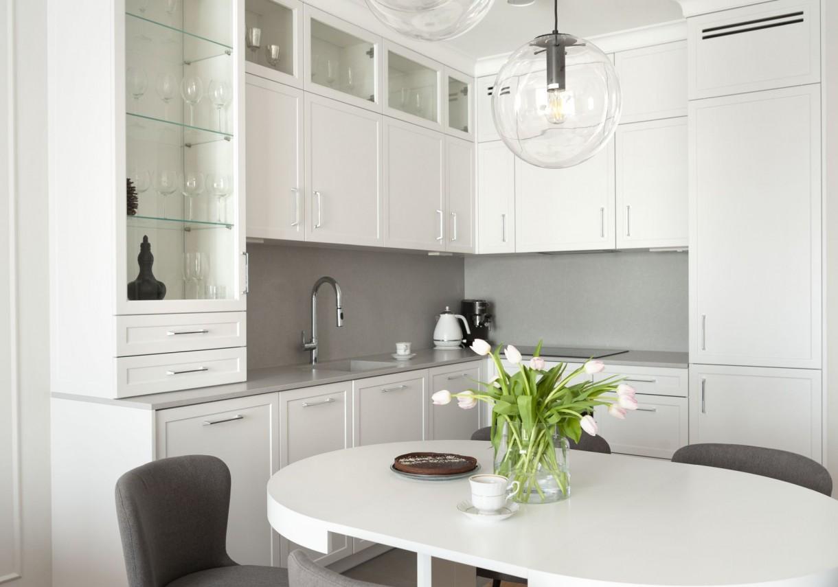 Domy i mieszkania, Mariaż wygody i elegancji - We wnętrzu zmieściła się zarówno wanna, jak i kabina prysznicowa, na czym bardzo zależało gospodarzom. Ścianę pod prysznicem chronią kafelki o geometrycznym wzorze w kolorze szarości i bieli.