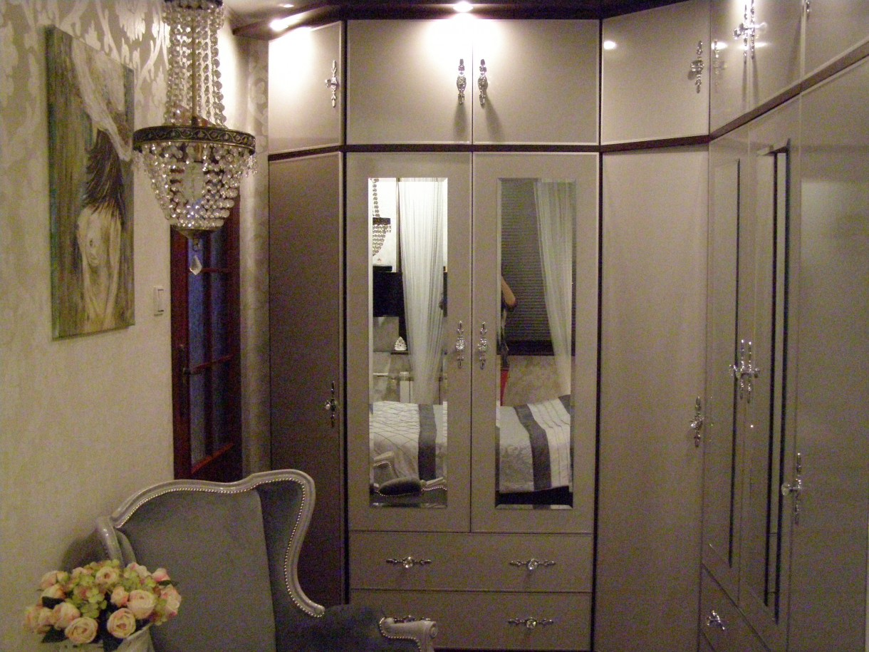 Sypialnia, Nasza mała sypialnia... - Szafa oklejona okleiną meblową na wysoki połysk w kolorze jasnej szarości.