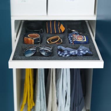 Alternatywą dla szuflad są wysuwane półki z odpowiednio wyprofilowanymi przegródkami na biżuterię, zegarki czy okulary.