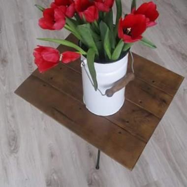 Stary stolik w nowym wydaniu i oczywiście tulipany