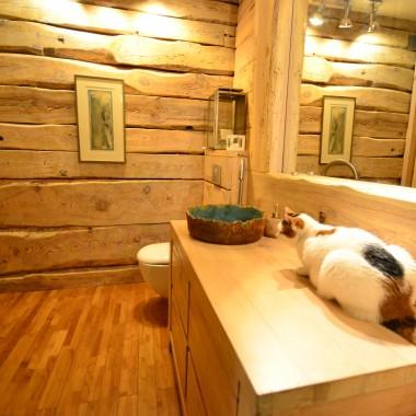 kot szaleje za wodą .... i weź temu kotu wytłumacz, że czasem musisz pobyć w łazience sama :)