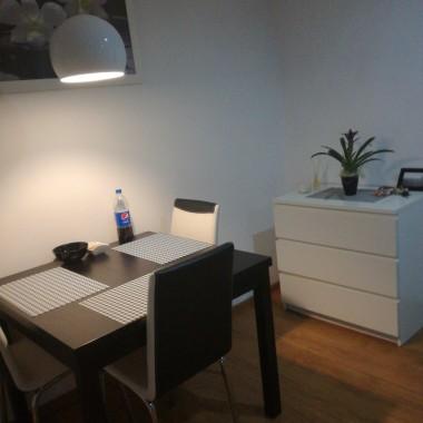 Kochani ! Bardzo Was proszę o pomoc w metamorfozie mojego mieszkania. Do wymiany właściwie wszystko oprócz stołu, krzeseł, komody i tv.Myślę o bieli i szarości. Sofa narożna. Pokój pełni funkcję pokoju dziennego i sypialni.