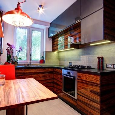 Nowoczesna kuchnia w szarościach i kolorach drewna