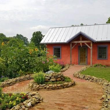 Jak wam się podobają?  Ja chętnie zamieszkałabym w takim domku :)źródło: https://www.facebook.com/buildnaturally