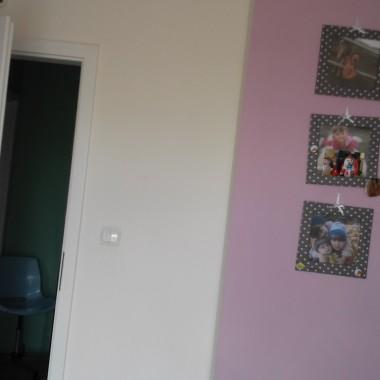 Córka lubi zieleń i konie. Musiałam podporządkować temu projekt pokoju, zwłaszcza,że wybór farby należał do niej. Tapety, malowanie ścian i mebli to moje wykonanie. Elektryką zajął się mąż i tak oto z nijakiego fioletowego pomieszczenia powstał piękny kąt dla 8- latki.