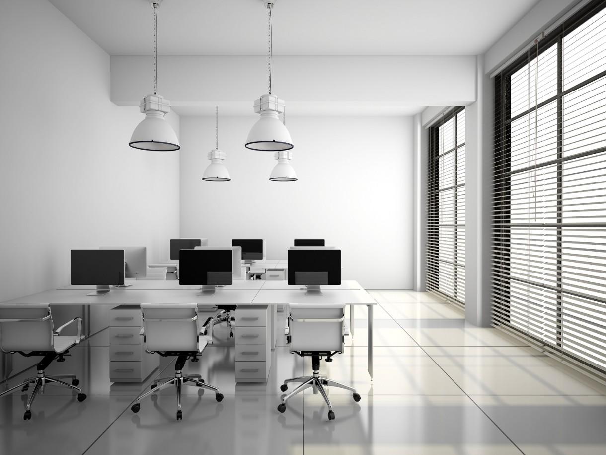 Gabinet, Pełen profesjonalizm, czyli o biurowych aranżacjach okiennych - Do klasyki wystroju wnętrza biurowego wciąż należą metalowe żaluzje – tyleż proste, co praktyczne. O ile jednak kilka czy kilkanaście temu dominowały wąskie, najczęściej dwucentymetrowe białe lub metalowe lamele, o tyle dziś częściej decydujemy się na żaluzje o szerszym przekroju lameli – około 5 centymetrów – głównie w bieli lub czerni. Powodzeniem cieszą się też żaluzje drewniane, które nie ustępują im miejsca w warstwie użytkowej, a przy tym idealnie sprawdzą się w biurach o ambicjach miejsca prestiżowego, zwłaszcza utrzymane w naturalnej kolorystyce drewna. Trudno chyba wyobrazić sobie bardziej stylową aranżację okienną w gabinecie prezesa, siedzącego za okazałym drewnianym biurkiem z historyczną mapą w tle. Ale drewniane żaluzje w bezpiecznej bieli odnajdą się także w nowoczesnym biurze o minimalistycznym, a nawet loftowym charakterze. Zapewnią przy tym pełną ochronę przed słońcem w przypadku zasłonięcia lameli lub optymalny dostęp światła, dzięki możliwości regulacji położenia.