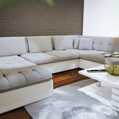 Nowoczesny salon - ten wystrój pomieszczenia może się pojawiać także w wersji dla rodziny. Warto wtedy pomyśleć o praktycznym podziale wnętrza na strefę relaksu – z dużym narożnikiem i stolikiem kawowym.Współczesny szary salon wcale nie musi być nudny. Oczywiście, jeśli tylko dobrze dobierzemy dodatki, a także kolory.