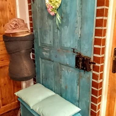 Stare drzwi i kwietnik otrzymały nowe życie...Stara komódka została przerobiona na siedzisko .Myślę,ze nasza praca nie poszła na marne . Uwielbiam robić  coś z niczego,pewnie większość spaliłaby to w piecu