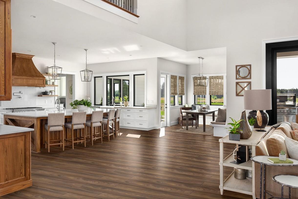 """Domy i mieszkania, Trendy wnętrzarskie: 3 modne rozwiązania w panelach podłogowych - Trend 1: Naturalny wygląd  Jeszcze kilkanaście lat temu panelom podłogowym trudno było konkurować z drewnianym parkietem – szczególnie pod względem estetycznym. Jednak ich design ewoluował i coraz częściej w odniesieniu do wyglądu paneli pada słowo """"naturalny"""". Właśnie ta cecha jest jedną z najbardziej pożądanych, stąd nieustająca popularność modeli o strukturze synchronicznej (z wyczuwalnym układem usłojenia) oraz wykończonych V-fugą (frezowanymi krawędziami, dzięki którym podłoga nie jest jednolita, lecz każdy panel przypomina osobną deskę).  Materiał prasowy"""