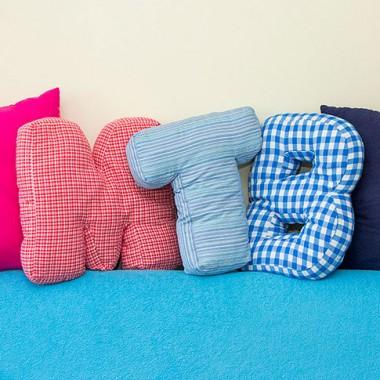 Grube i stojące poduszki litery