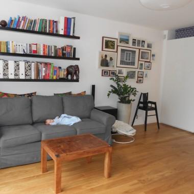 Salon z nowym członkiem rodziny na kanapie :) Pod galerią zdjęć kiedyś będzie stała komoda, na której stanie lampka z kuchennego blatu.