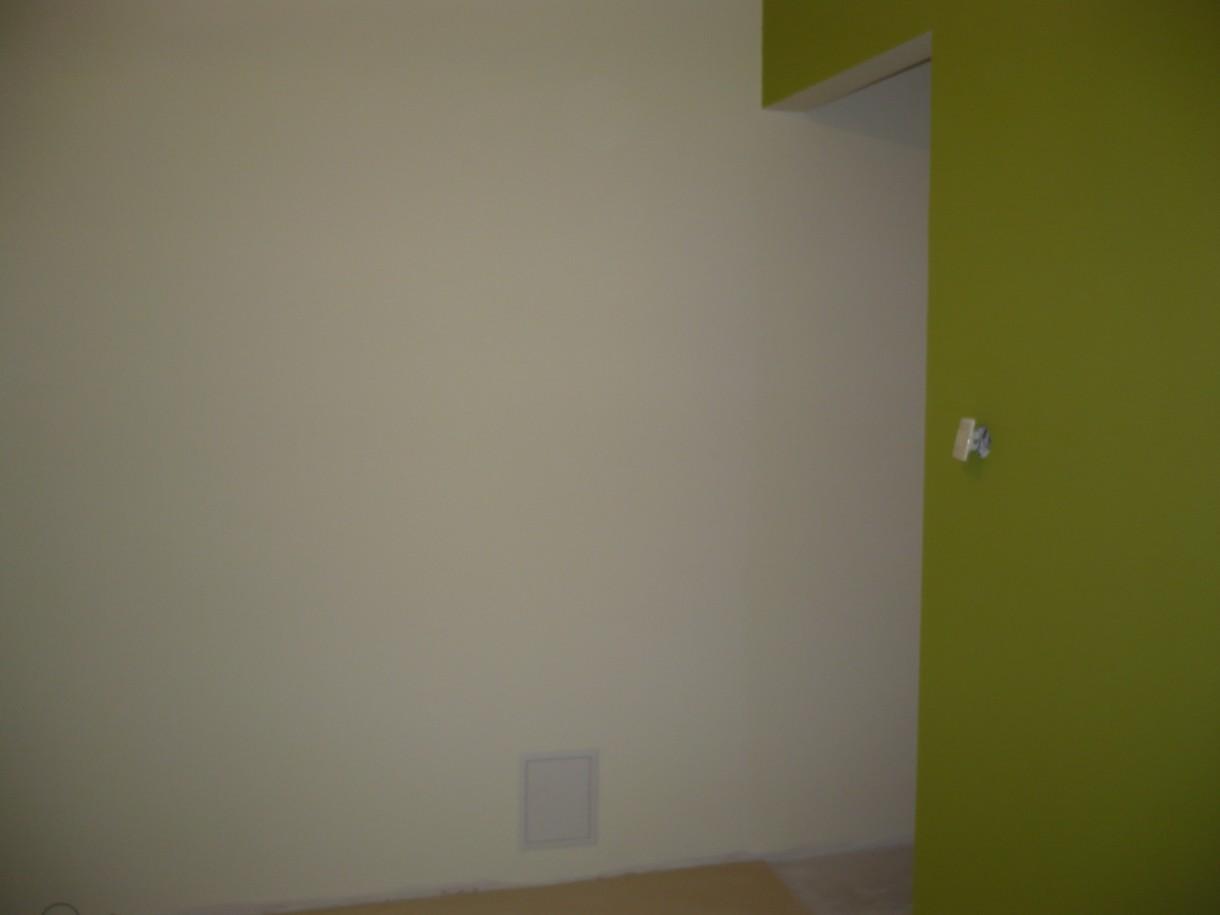 """Kuchnia, Kuchnia - Remont - Wejście do kuchni z przedpokoju. Na ścianie farba Dekoral w odcieniu """"Bita Śmietana"""" oraz """"Zielone Tarasy"""" :))"""
