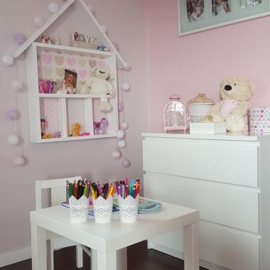 Pokój mojej sześcioletniej córeczki Julki. Pomalowałam na różowo bo to jej ulubiony kolor kolor. Ciemne podłogi rozjaśniły białe mebelki :-) Drewniany domek-półka na ścianie i tipi to moje dzieło &#x3B;-) Przyjemnego oglądania