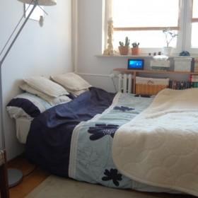 sypialnia z miejscem do pracy i biblioteka