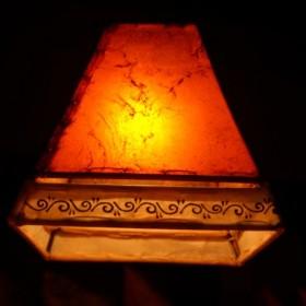 Lampy indyjskie, ręcznie wykonane ze skóry, drewna i żelaza