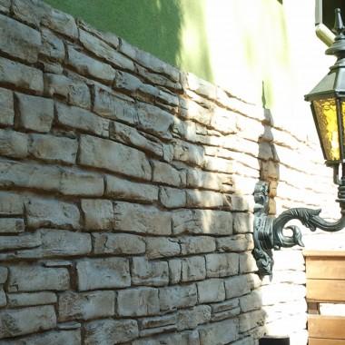 Efekt kamienia na elewacji i ogrodzeniu