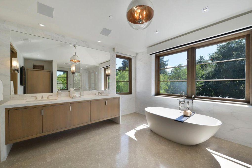 Domy sław, Gigantyczna posiadłość założyciela Microsoft - Wszystkie z trzynastu łazienek urządzone są z najwyższej jakości materiałów.   realtor.com
