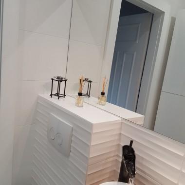 Łazienka w bloku, mała 170x180, zależało mi na niskim brodziku i pochowaniu straszących wszędzie rur. Mam nadzieję, że się choć trochę spodoba :)
