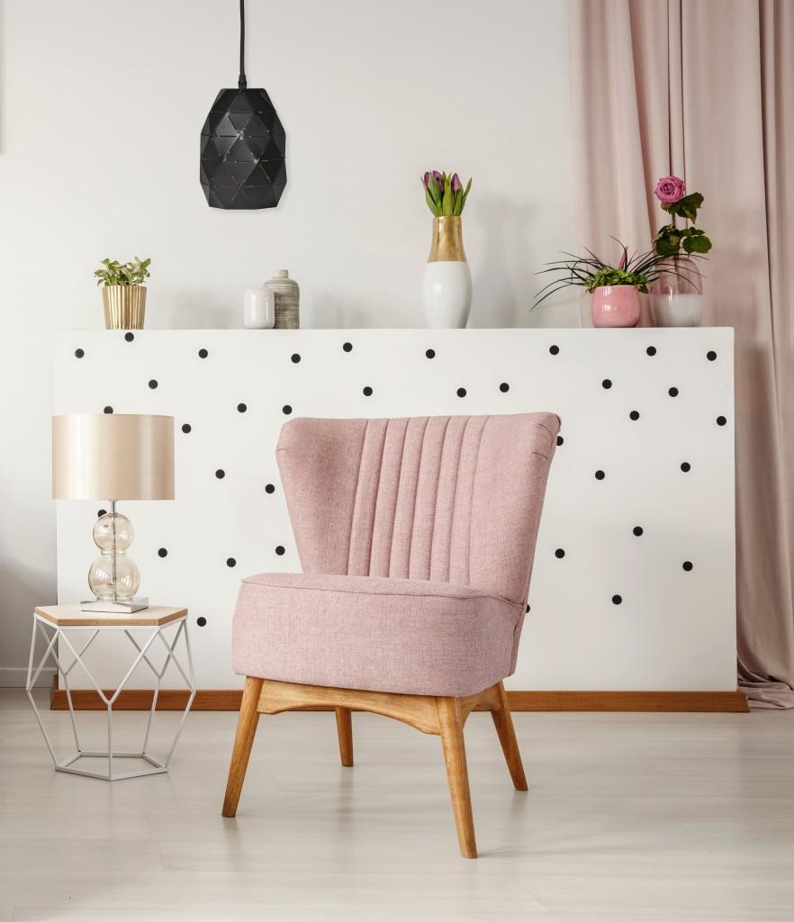 Domy i mieszkania, Kobiece wnętrza. Inspiracje od Activejet - Nie bez znaczenia jest wybór odpowiedniej lampy, pasującej do całego wnętrza. Rozwiązaniem doskonałym może okazać się zjawiskowa lampa wisząca AJE-EVA. Jej geometryczny design w klasycznym kolorze sprawia, że przyciąga wzrok i będzie ozdobą każdego wnętrza. Trafi szczególnie w gust wielbicielek stylu glamour, którego jest kwintesencją.