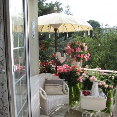 Mój biały balkon , obecnie najbardziej lubiane miejsce do kawkowania :)