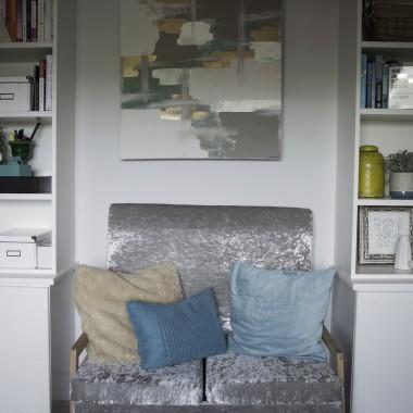 Metamorfoza mojego domowego biura juz prawie dobiegla konca. W przyszlosci chcialabym zamontowac lepsze lampy i byc moze wymienic tapete na prawdziwe panele (troche bardziej nowoczesne), ale poza tym jestem zadowolona z tego pokoju. Uwielbiam glowe Edka-nosorozca czuwajaca nad wszystkim, TV zamontowane na szafkach i piekne detale na drzwiach. Lubie tu przebywac. Gdy sie zmecze siedzeniem przy biurku, przenosze sie na sofe. Obraz nad sofa nie jest najpiekniejszy, ale sama go namalowalam i mam do niego sentyment. Na polkach oprocz ksiazek znajduja sie pamiatki z naszych podrozy. Na scianie przy oknie rozpoczelam mini kolekcje literek K (od naszych nazwisk). Rozgoscie sie. Mam nadzieje, ze bedzie Wam tu tak wygodnie, jak mnie.x, Wiola