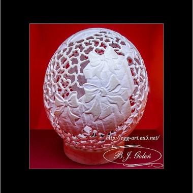 Mikołaj na strusim jajku, św.Mikołaj  rzeźbiony na strusim jajku, świąteczne dzwoneczki, paczki prezentów, gałązki ostrokrzewu z owocami i świerkowe gałązki , pomysł i wykonanie - Bogusława Justyna Goleń