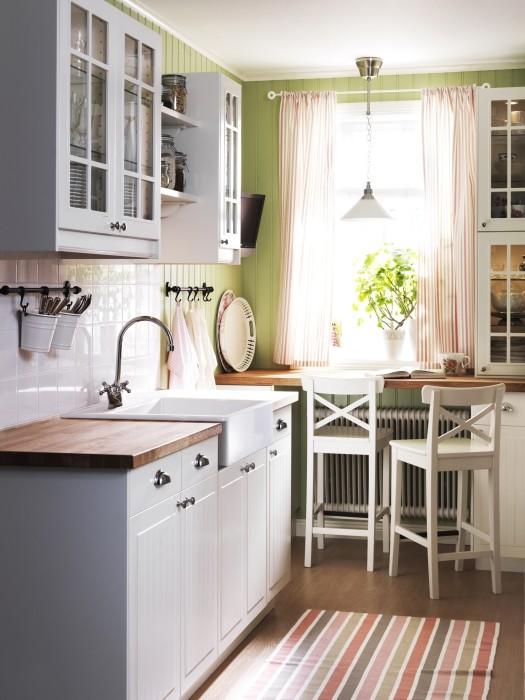 Pozostałe, Urządzanie kuchni może być frajdą - Strefa zmywania to przede wszystkim miejsce na zlew, suszarkę, zmywarkę, ale także na składowanie śmieci. Kosze do segregowania odpadów można umieścić np. pod zlewem na wysuwanej tacy lub piętrowo pod ścianą. Zwróćmy uwagę na to, aby miały przykrywki, które zapobiegną wydostawaniu się nieprzyjemnych zapachów.