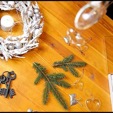 Po dodaniu prostej świecy, wianek stworzył nam zimową dekorację na stole.