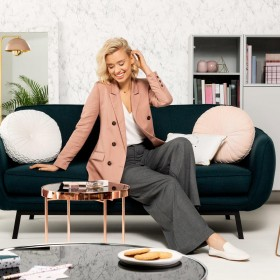 Modne meble tapicerowane do salonu – co wybrać?