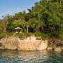 Domy sław, Willa Iana Fleminga na Jamajce wystwaiona na sprzedaż - Willa Strangeways powstała na należącej do Iana Fleminga posiadłości GoldenEye. Ian Fleming kupił ponad 8 hektarową działkę w 1946 roku.  źródlo: Rex Features/East News