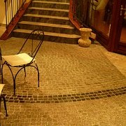Jedna z naszych realizacji.Kostka granitowa,cięta na 1,5cm gr.(układana na kleju)łączona z gresem polerowanym.Więcej na www.flizowanie.com