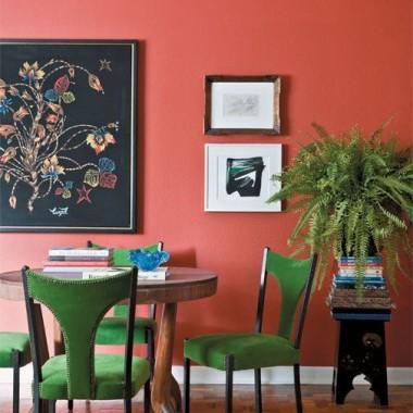 Przeczytałam właśnie tekst dekoriowej pani architekt o koralowym kolorze, jako kolorze roku 2019. Jestem ciekawa, jak Wam podoba się taki kolor? Mnie wcale :(  Ogldałam inspiracje w internecie, ale nadal nie jestem przekonanamam wrażenie, że takie jaskrawe kolory kiedys już były modne, (pamietacie te pomarańczowe i zielone salony?) a teraz wszyscy się z nich smieją..........A według Was co będzie na topie w tym sezonie???? Pochwalcie sie swoimi przewidywaniami.Do mnie coraz bardziej przemawiają chłodne odcienie....