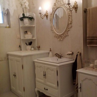 Moja wymarzona:) , białe meble w stylu ludwikowskim, lustro Ikea , ceramika http://www.paradyz.com/plytki/lazienkowe/belat-belato.