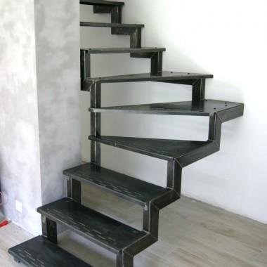 Schody stalowe wykonane w całości z stali węglowej. Konstrukcja nośna wykonana z profili grubościennych, spawana. Stopnice gięte i napawane w celu zabezpieczenia przed poślizgnięciem. Całość schodów zabezpieczona lakierem matowym.