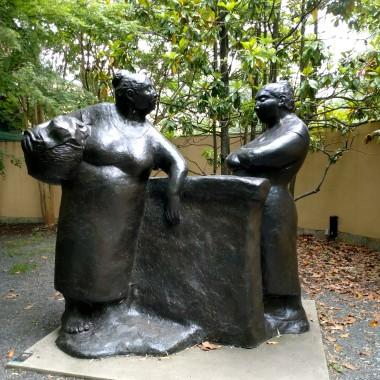 Zapraszam na wycieczke po Sculpture Park w Hamilton NJ. Jest to piekny park z rzezbami o roznej tematyce. Sa one przepieknie wkomponowane w  parku wsrod slicznych kwiatow , zielonych drzew i krzewow. Po parku spaceruja cudowne pawie i czaruja wszystkich swoimi wielobarwnymi ogonami... zapraszam:)