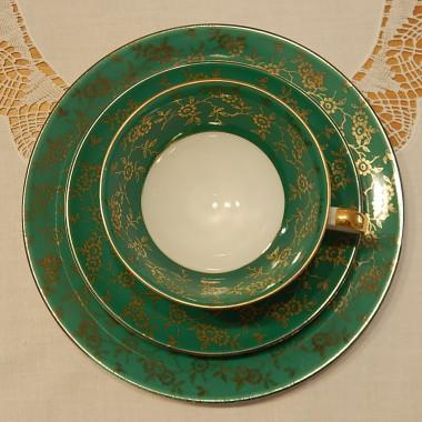 Lubię zielony kolor :)Zielono-biała porcelana ze złotymi zdobieniami to taka perełka wśród mojej kolekcji.Dziś zaprosiłam gości...Biały haftowany obrus w połączeniu z zielenią,odrobiną złota i czerwieni to moim zdaniem dobre zestawienie.Wszystko już przygotowaneNa ostatni guzik dopięte....jeszcze tylko założę moją czerwoną sukienkę :)