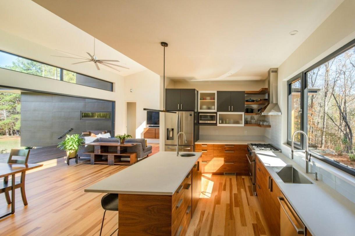 """Domy i mieszkania, Rezydencja Baboolal – amerykański sen w Chapel Hill - Podstawową koncepcją dla rezydencji Baboolal była japońska zasada """"Shakkei"""", czyli zapożyczony krajobraz. Dom jest nietypowo usytuowany. Główne wejście znajduje się od strony południowej, natomiast północna strona posesji sąsiaduje z przepiękną trawiastą łąką, która należy do sąsiada. Ta strona jest dominującym widokiem, można więc powiedzieć, że widok jest """"pożyczony""""."""