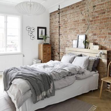 Cegła w sypialni jest świetnym pomysłem. Pomimo surowego, industrialnego charakteru może stworzyć wnętrze ciepłe, przytulne i bardzo gustowne.https://pl.pinterest.com/pin/556968678900600163/
