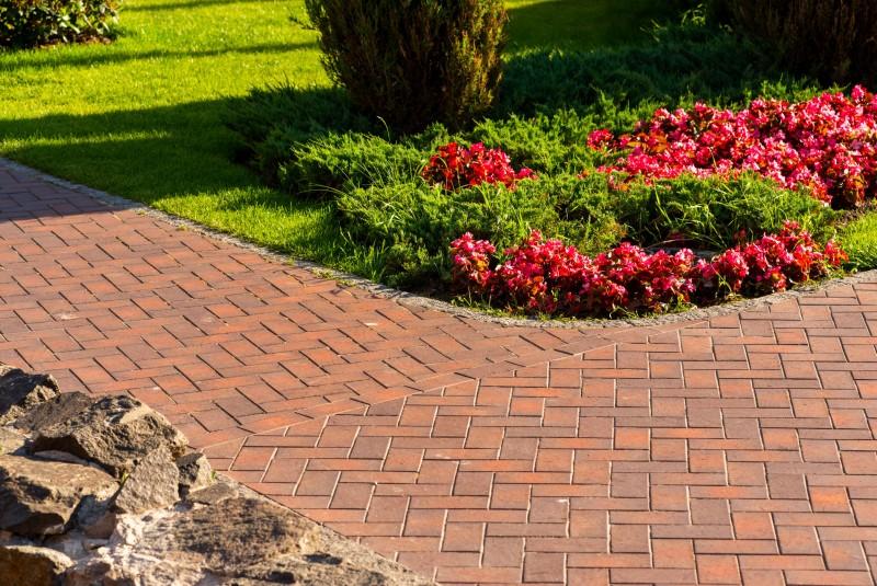 Jak wyczyścić podjazd i inne nawierzchnie ogrodowe?