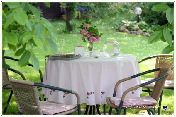 Pozostałe, Przedogródek - Stolik pod orzechem włoskim. Tu pijamy poranne kawy. W flakonie, jedna z róż od Magnolii.