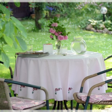 Stolik pod orzechem włoskim. Tu pijamy poranne kawy. W flakonie, jedna z róż od Magnolii.
