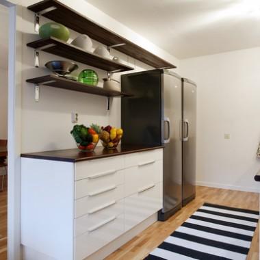 Dwa miesiące temu staliśmy się szczęśliwymi posiadaczami mieszkania - ciasnego, ale własnego :) Teraz trwa w nim remont, który zdaje się nie mieć końca, a ja staram się go przetrwać jak mogę i już w głowie snuję plany jak chciałabym urządzić poszczególne pomieszczenia. Ta galeria jest próbą uporządkowania moich wizji :) Zaczynam od kuchni :)