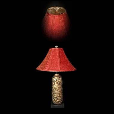Lampa stolikowa o ceramicznym trzonie przedstawiającym kwiat i liście lotosu &#x3B; podstawa z drewna, okrągły abażur zewnątrz czerwony, wewnątrz kremowy&#x3B; wysokość lampy 70cm&#x3B; średnica abażuru 46cm