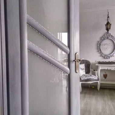 Kanapa i drzwi